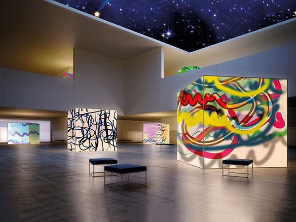 Sie sehen eine Kunstausstellung mit Leuchtkuben im Design von Free Form° 102.